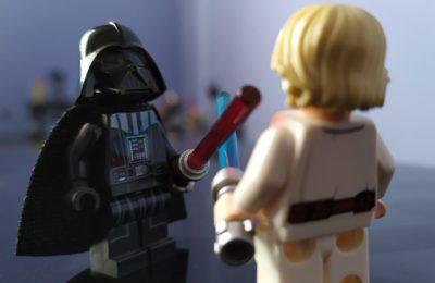 George Lucas défend l'utilisation d'un différend commercial pour lancer l'intrigue de La Menace Fantôme.